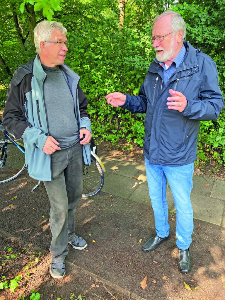 Gerd Grodd und Heinz-Werner Steckhan diskutieren den Zustand des Lütt Diek in Bergstedt