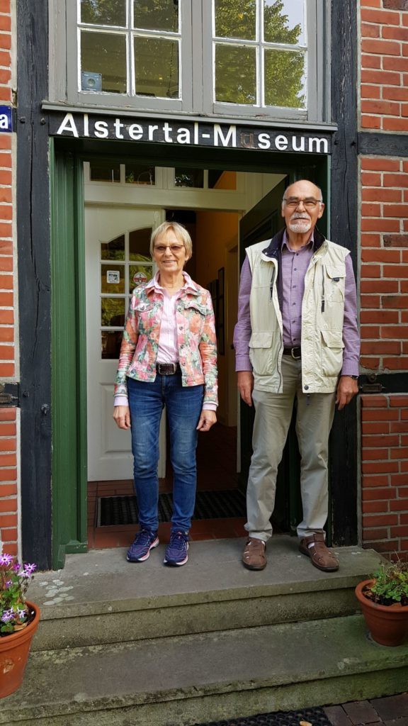 Marianne Baier und Rainer Hoffmann stehen vor dem Alstertalmuseum
