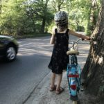 Ein Mädchen an der Straße Im Kohlhof in Lemsahl-Mellingstedt