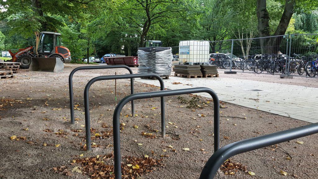Fahrradbügel in Volksdorf mit Baustelle im Hintergrund