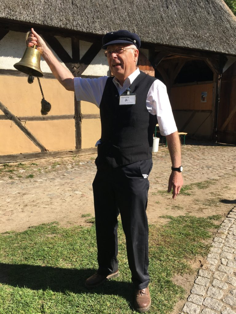 Glocke läuten im Museumsdorf Volksdorf