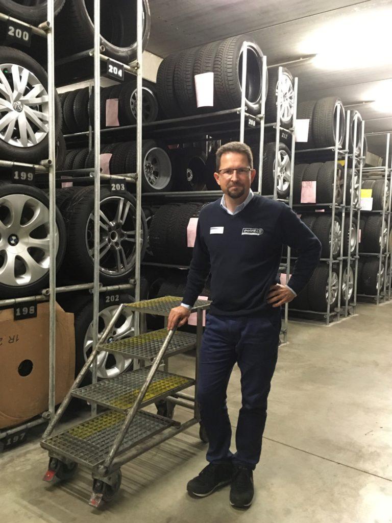 Andreas Altmann in seinem Reifengeschäft