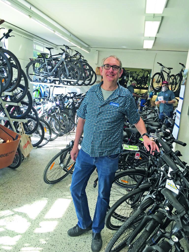 Stefan Ehrig steht vor Fahrrädern in seinem Geschäft