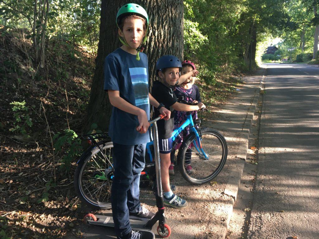 Kinder vor der Straße Im Kohlhof in Lemsahl-Mellingstedt