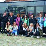 """Die Schulklasse der Stadtteilschule Bergstedt vor """"ihrem"""" Bus"""