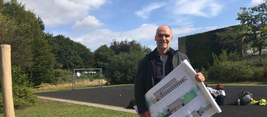 Christian Borck vom Heinrich-Heine-Gymnasium in Poppenbüttel zeigt die neuen Umbaupläne