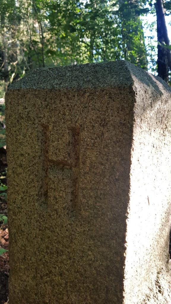 Auf der Rückseite des Grenzsteines das H für Hamburg