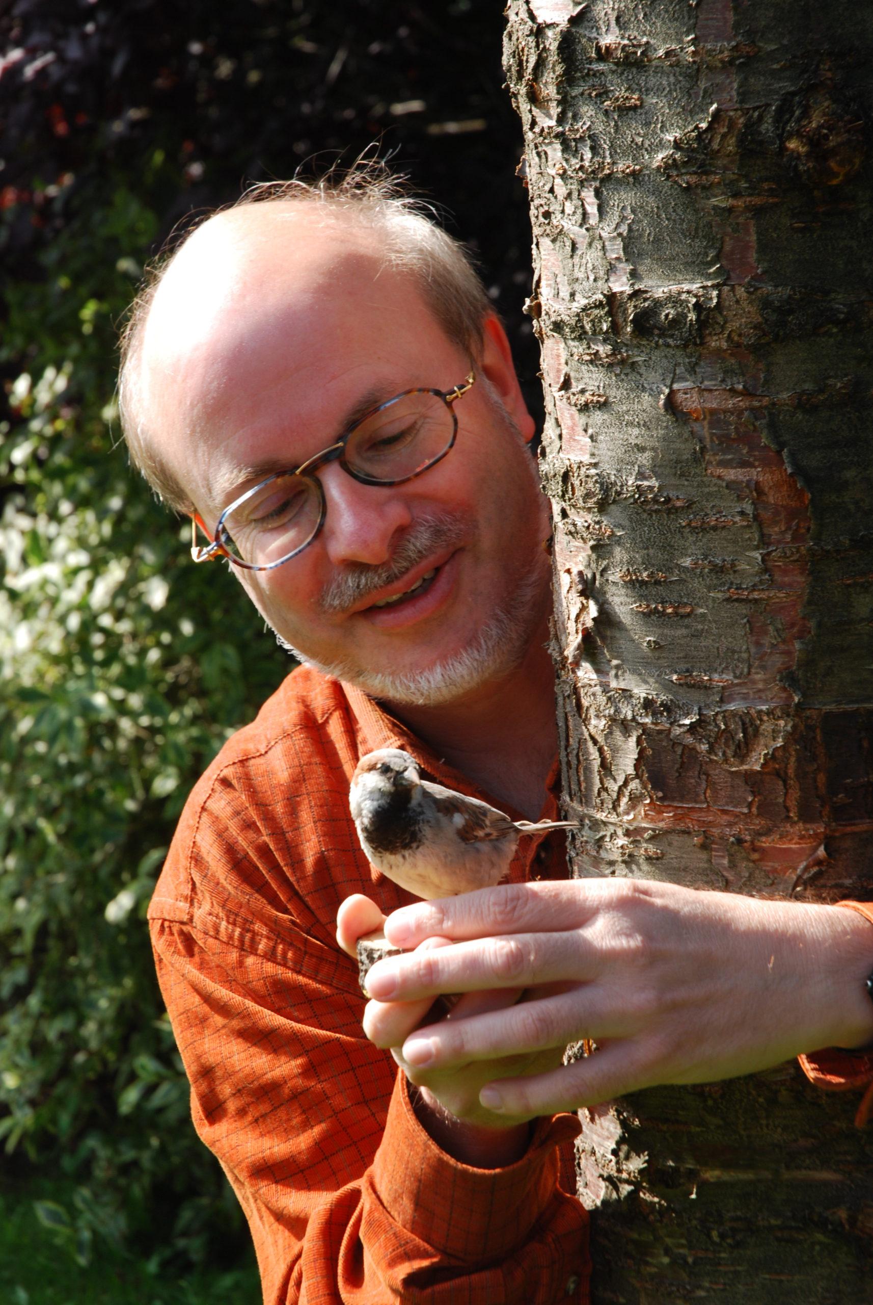 Dr. Uwe Westphal hat einen Spatz in der Hand
