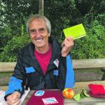 Jürgen Forkel-Schubert zeigt sein Notizbuch aus Apfeltrester