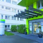 Der Haupteingang des Amalie-Sieveking-Krankenhauses in Volksdorf