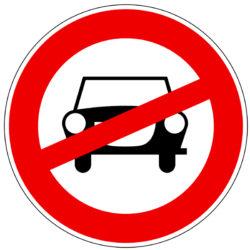 Verbotsschild mit durchgestrichenem Auto