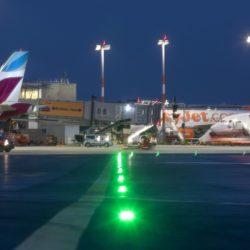 Das Flughafenvorfeld des Flughafen Hamburg bei Nacht.