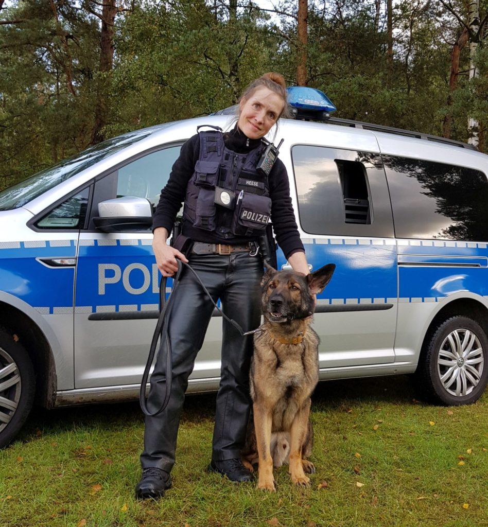 Polizeihund mit seiner Hundeführerin
