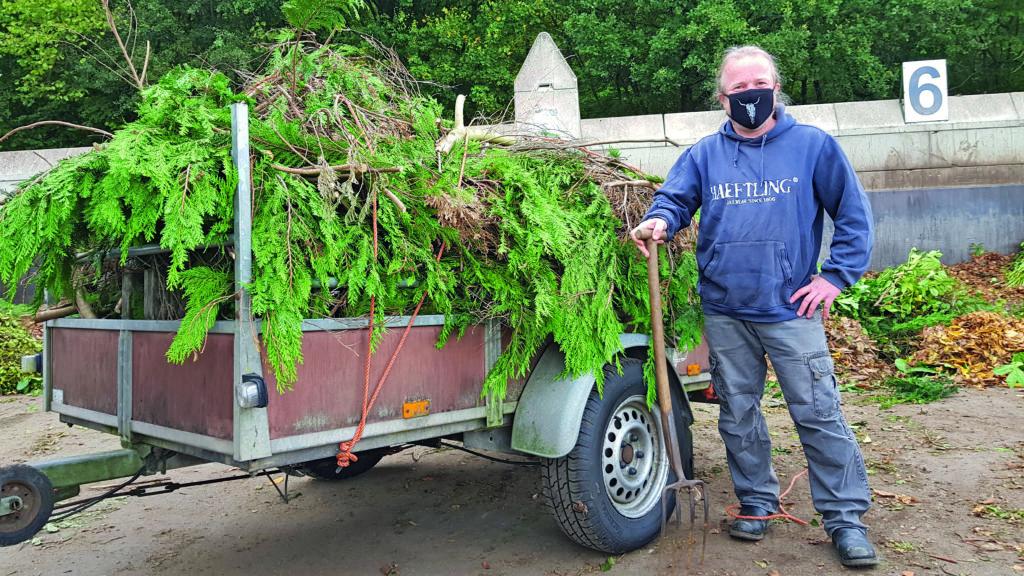 Sönke Kolbe bringt einen Hänger voll Tuja zum Recyclinghof Sasel