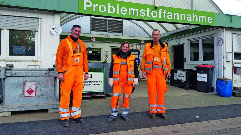 Jens Junge (Vorarbeiter), Melanie Paulsen und Holger Stutz vor der Problemstoff-Annahmestelle des Recyclinghofes in Sasel