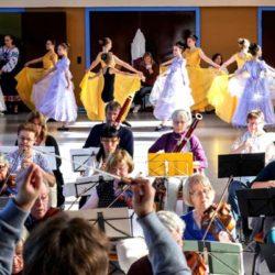 Der Volkshochschulverein Hamburg-Ost e.V. hat in 40 Jahren einiges bewegt. Die Tanzbrücke Hamburg e.V., tanzte 2017 mit 50 Tänzerinnen und dem Wandsbeker Sinfonieorchester in der Karl Schneider Halle
