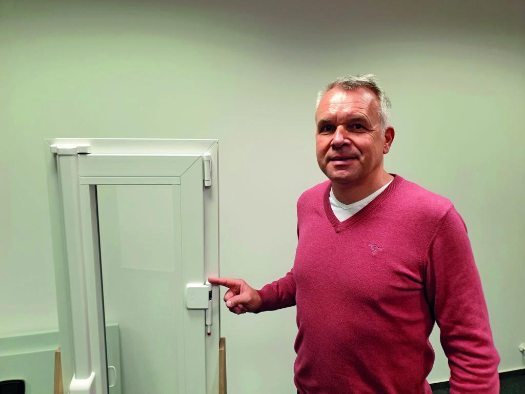 Michael Wenzien vom Landeskriminalamt Hamburg zeigt, wie man Fenster sicherer machen kann