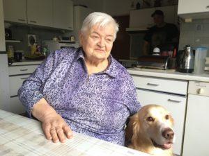 Anneliese Bartuszies mit ihrem Hund Milo