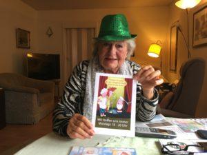 Viola Sagelsdorff zeigt den Flyer ihrer Theatergruppe