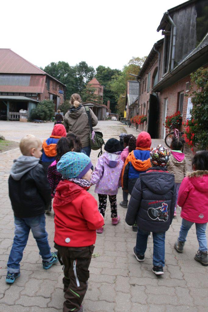 Kinder auf dem Weg zum Gut Wulfsdorf