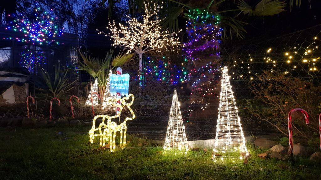 Beleuchtetes Haus zu Weihnachten in Bergstedt