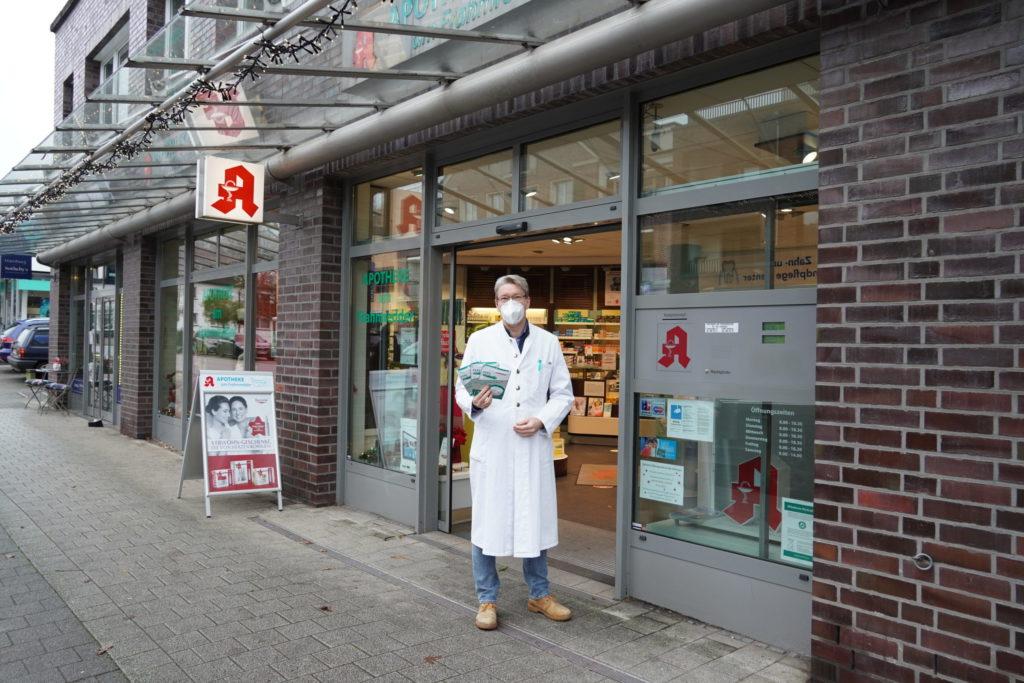 Apotheker Dr. Jörn Gutzmann vor seiner Apotheke