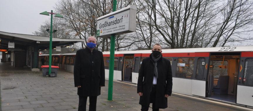 Dr. Henning Görtz und Sven Möller (re.) stehen an der U-Bahn-Haltestelle Großhansdorf