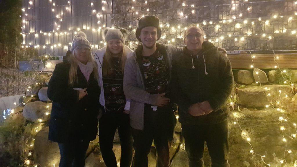 Carmen und Mathias Loth mit ihrem Sohn Christopher und dessen Freundin Monika vor ihrem Haus der 10.000 Lichter am Wohldorfer Damm