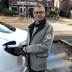 Marius Leweke beim betanken eines E-Autos