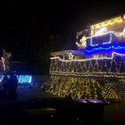 Das weihnachtlich beleuchtete Haus der Familie Loth in Bergstedt