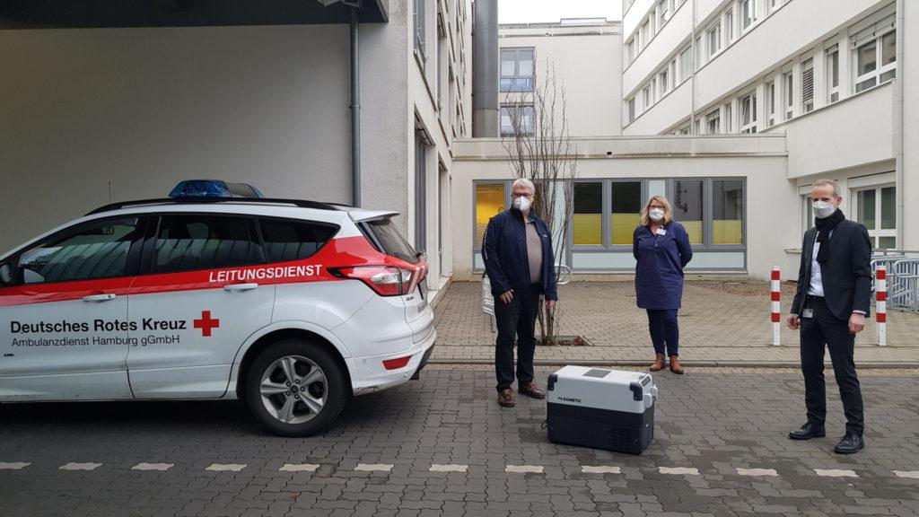 Corona Impfstoff Lieferung vor dem Amalie Sieveking Krankenhaus in Volksdorf