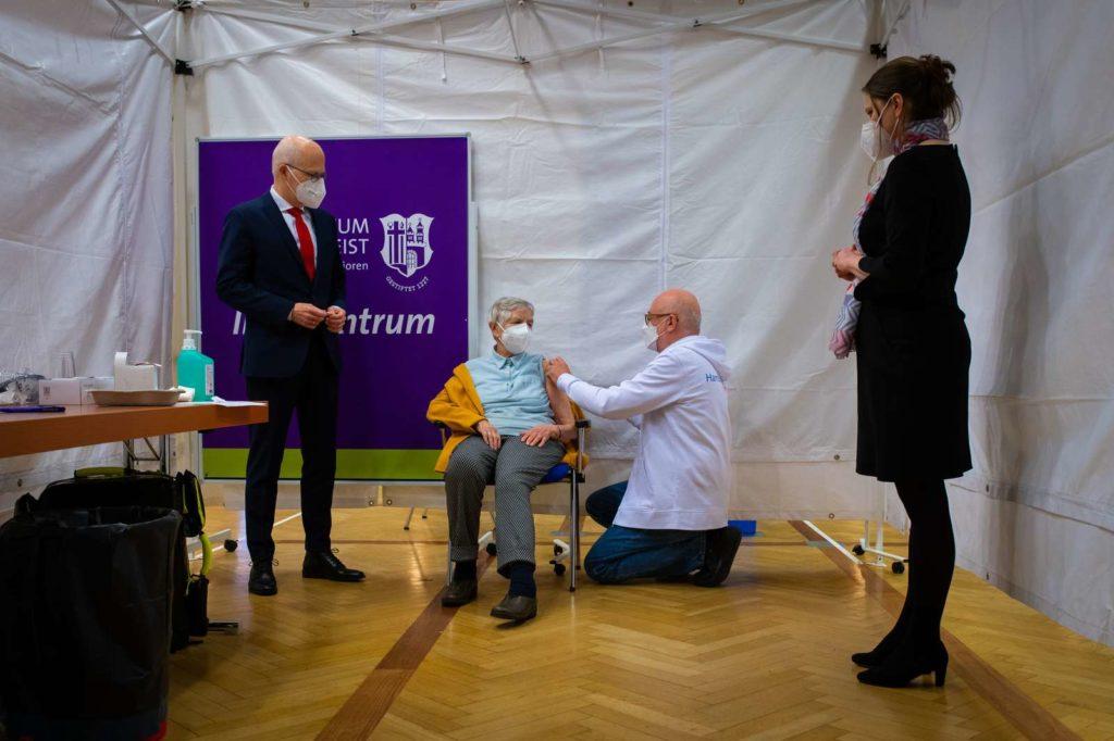 Bürgermeister Tschentscher und Gesundheitssenatorin Melanie Leonhard bei der Impfung in Hamburg Poppenbüttel
