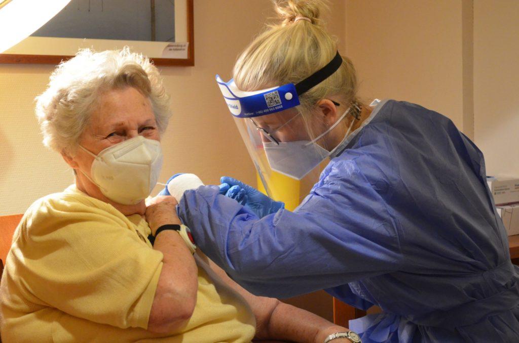 Ingeborg Stark (92) freut sich, dass sie endlich geimpft wird