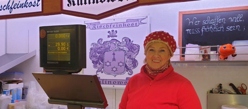 Urda Voß-Kallinowski in ihrem Fisch-Stand auf dem Wochenmarkt in Sasel