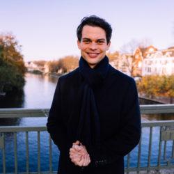 Christoph Ploß steht auf einer Brücke in Hamburg