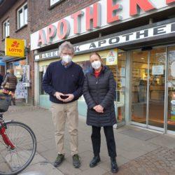 Apotheker Lennartz und Anja Wirtz vor der Saselbek Apotheke