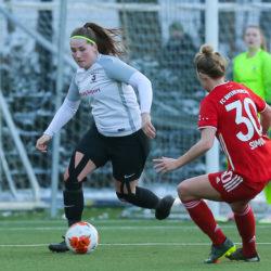 Dalina Saalmüller vom Walddörfer SV im Zweikampf gegen FC Bayern München