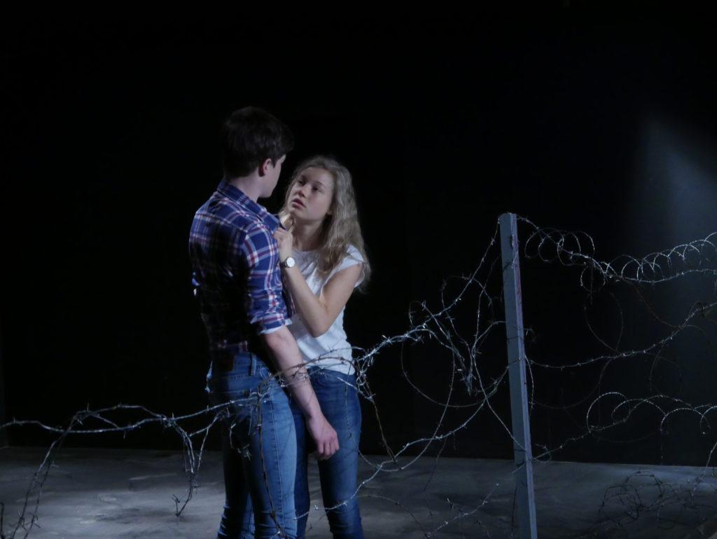 Geschwisterpaar Helena und Emanuel Bohndorf auf der Bühne als Geschwisterpaar Hans und Sophie Scholl