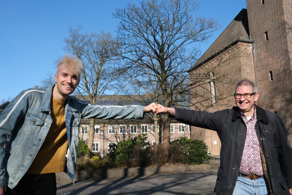 Jendrik Siegwart steht mit Marius Leweke vor der Kirche Rockenhof in Hamburg-Volksdorf
