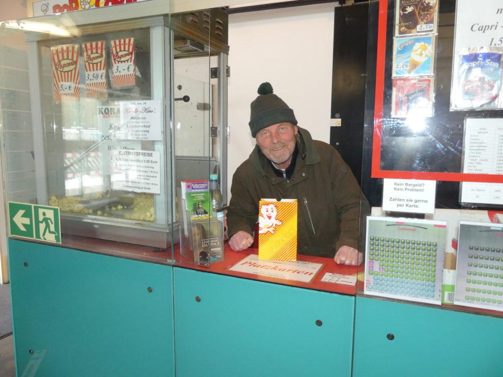 Kinobetreiber Hans-Peter Jansen im Koralle Kino in Volksdorf