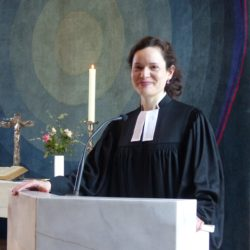 Pastorin in der Kirche