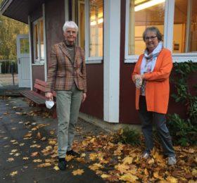 Ute Effinger und Silke Mohr vor dem Flüchtlingslager im Waldweg