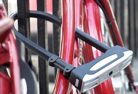 Fahrradschloss an rotem Fahrrad