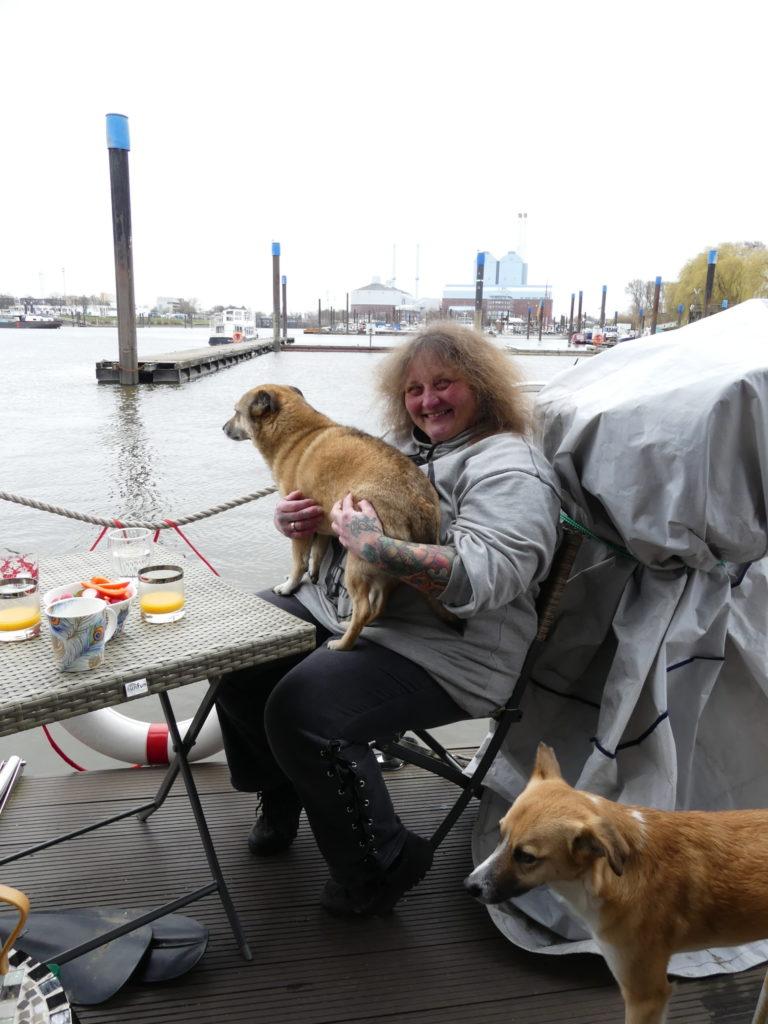 Petra Henze mit ihrem Bootshund