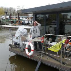 Frau lebt auf einem Hausboot