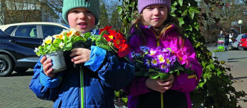 Kinder von Kunden in der Gärtnerei Piepereit