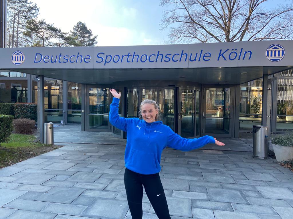 Lynn Ullricht vor der Sporthochschule in Köln