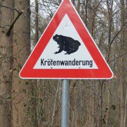 Schild warnt vor der Krötenwanderung