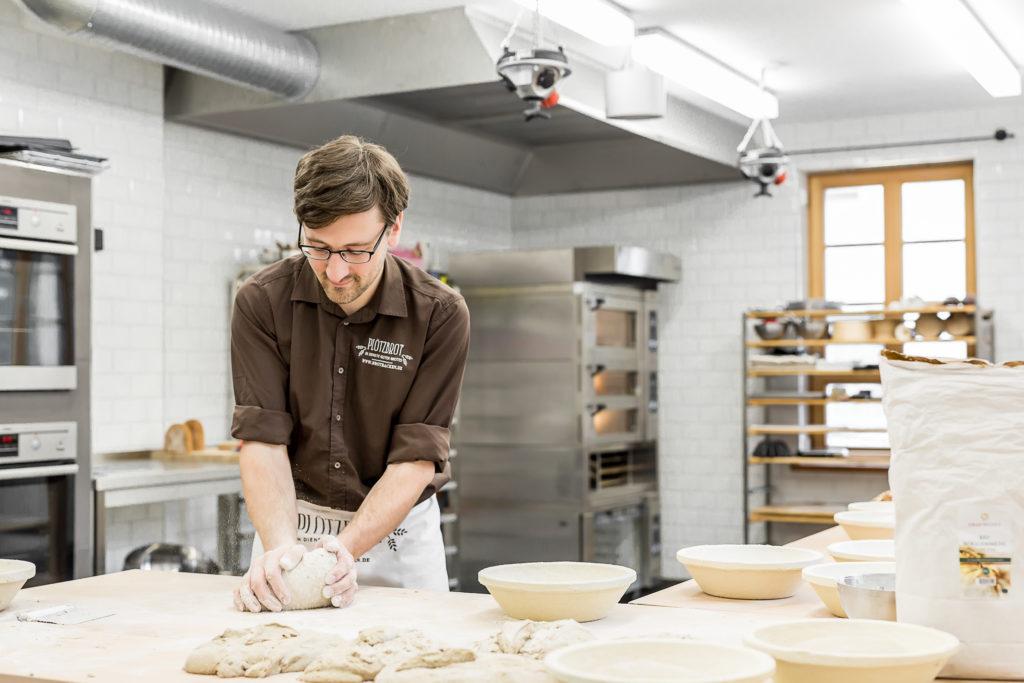 Lutz Geißler beim Brotbacken