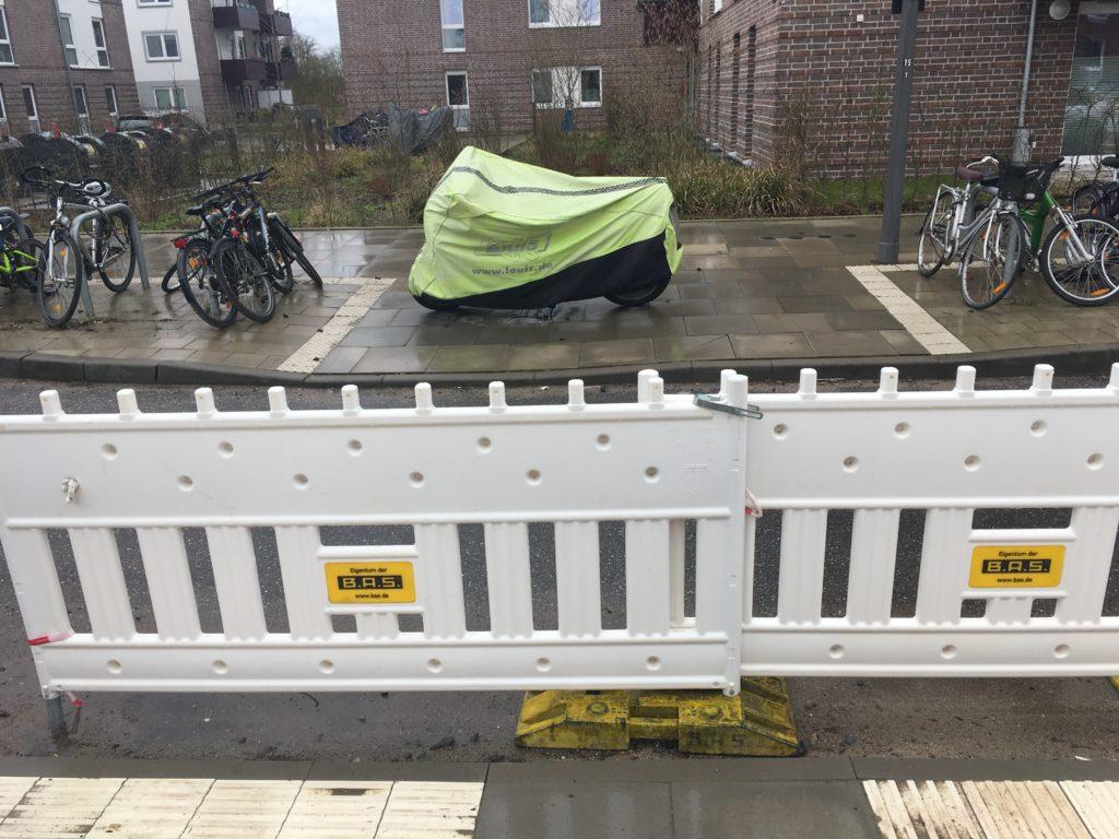 Der unfertige Fußgängerüberweg wird als Parkplatz genutzt